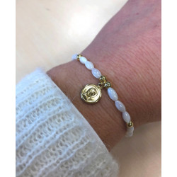Bracelet élastique en nacre avec médaille de la vierge dorée à l'or fin