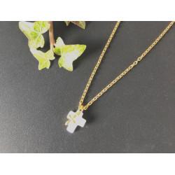 Collier doré avec croix en nacre et petite croix