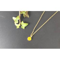 Collier doré avec médaille avec croix moutarde